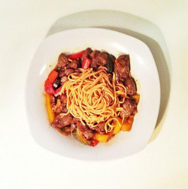 wok de nouilles sautées au boeuf et aux légumes